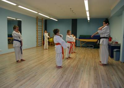 dzieci ćwiczą karate kyokushin